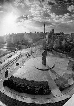 4.11.88 Berlin: Der Leninplatz mit seinen s-förmig geschungenen elfgeschossigen Wohnhäuser, dem dreifach gestuften Hochhaus und dem von Nikolai Tomski aus rotem ukrainischen Granit geschaffenen Lenin-Denkmal in der Mitte ist ein markanter Platz nahe dem Zentrum der Hauptstadt. Am 7. November 1968 wurde der Grundstein für diesen Komplex mit seinen 1.250 Wohnungen gelegt.