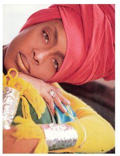 Techniques pour porter, mettre et attacher son foulard comme Erykah Badu, la même coiffure que la chanteuse de hip hop soul qu se coiffe avec un foulard.