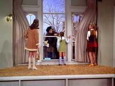 Mary Richards apartment MTM pilot-- Mary Tyler Moore, Valerie Harper, Lisa Gerritsen and Cloris Leachman 70s Tv Shows, Movies And Tv Shows, Cloris Leachman, Mary Tyler Moore Show, White Bear Lake, Youtube Workout, Vintage Tv, Classic Tv, Hollywood Glamour