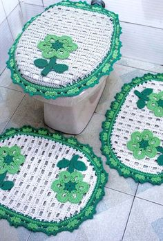 Jogo de banheiro dual color verde e branco Crochet Placemats, Crafts To Sell, Diy Crafts, Crochet Squares, Knitting Stitches, Make And Sell, Crocheting, Bathroom Sets, Baden