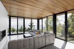 Altair House: vivienda unifamiliar con techo de madera. Los arquitectos de Bourgeois/Lechasseur crearon un bonito proyecto de vivienda unifamiliar, con vistas a un río, y con techo de madera en las habitaciones. La Casa Altair es sobre todo una casa con un interior sereno, que pone de relieve en sus salas el paisaje de La Malbaie (Canadá). Tiene dos plantas, en una de ellas están las habitaciones de los hijos, y en la de arriba la de los padres. Planos de proyecto.  #Arq