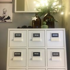 Joulu poissa kotoa on selvästi ladannut akkuja koska noin vuorokauden kotona oleskelun aikana on siivottu kaapit ja koti. Nyt on jo siirrytty näpertelyyn: etiketit paikallaan laatikostossa. Seuraavaksi lego-laatikoiden kimppuun  #home #myhome #koti #kotona #asetelma #decor #homedecor #homeinspo #homeinterior #interiordesign #interior #interiors #sisustus #sisustusinspiraatio #interiordetails #inredning #livingroom #organizing