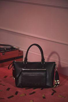 Sac porté épaule poche Desigual Noir - 😍Découvrir ici - #SacDesigual #Sacamain #Desigual #bags #fashion #mode #ventespascher #instafashion #Sacs Velvet, Celebrities, Fashion Mode, Bags, Products, Faux Fur, Man Bags, Zippers, Pockets