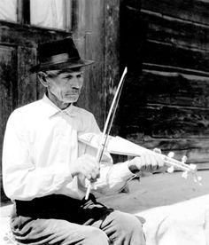 Muzikant s korýtkovými husľami z Liptovských Sliačov (okr. Ružomberok). Foto T. Szabó 1966.