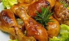 Omyté a osušené paličky osolíme a okořeníme. Necháme chvíli odležet. Mezitím smícháme pivo, smetanu, česnek, sojovku a protlak. Cibuli nakrájíme... Food Dishes, Chicken Wings, Poultry, Chicken Recipes, Food And Drink, Treats, Cooking, Milan, Kochen