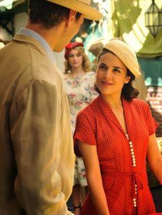 Sira Quiroga vestido rojo con lunares con Marcus Logan. El tiempo entre costuras. Capítulo 5 vía http://www.antena3.com/series/el-tiempo-entre-costuras/