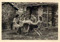 1938 - La ragazza seduta un po' di spalle è Anna Maria Levi, sorella di Primo. Di fianco a lei c'è uno dei migliori amici di Levi, Alberto Salmoni