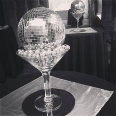 disco ball centerpieces how to make Disco Theme Parties, Disco Birthday Party, 70th Birthday Parties, 70s Party Decorations, Party Centerpieces, Casa Rock, Motown Party, Retro Party, Disco Ball