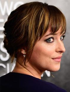 Actrice Dakota Johnson met triangel oorknopjes van Meira T. #MeiraT is te koop bij Rob Lanckohr, Atelier voor Juwelen. www.lanckohr.nl