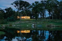 The Cool Hunter - Architecture LM Guest House in Dutchess County, New York by Desai/Chia Architects in the style of Mies's Farnsworth House Nachhaltiges Design, House Design, Interior Design, Design Ideas, Prefab Guest House, Art Minimaliste, Farnsworth House, Weekend Vacations, Solar Shades