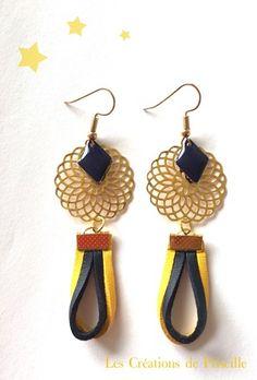 Boucles d'oreilles clips ou percées, estampes rondes dorées en forme de rosaces, cordons en suédine jaune et bleu nuit plats, breloques bleu nuit en forme de losange en email Ep - 18364051
