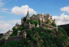 Dit kasteel staat in oosterijk. hij is een van de bekenste in oosterijk