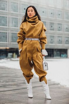 Paris Fashion Week is in full swing. See the best Paris Fashion Week street style from the shows circuit. All the Paris fashion week street style inspiration you need from the shows at PFW. Street Style Trends, Paris Fashion Week Street Style, Street Style Outfits, Street Style 2018, Outfits Casual, Tokyo Street Style, Fashion Week 2018, Tokyo Fashion, Emo Outfits