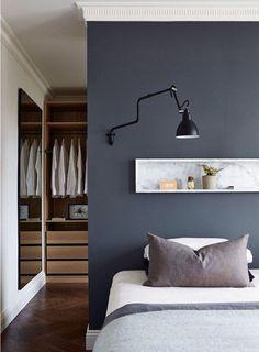 Une tête de lit bleu nuit pour une chambre cosy