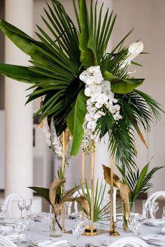Table Decoration Wedding, Tropical Wedding Centerpieces, Wedding Reception Ideas, Decoration Evenementielle, Palm Wedding, Wedding Flower Arrangements, Flower Centerpieces, Floral Wedding, Table Decorations