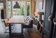 Robuuste stoere massief eiken houten eettafel van maar liefst 7 cm massief. Deze tafel geeft uw interieur een rustige maar ook natuurlijke uitstraling. Het eiken hout is gecombineerd met Eem stoer industrieel stalen onderstel. Deze tafels worden bij ons geheel op maat gemaakt. Www.natuurlijktafelen.nl