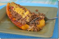 Puerto Rican Canoas de platanos maduros - recipe in Spanish - I would Bake Plantains and stuff with Carne Molida and top with a fruit Salsa Puerto Rican Dishes, Puerto Rican Cuisine, Puerto Rican Recipes, Mexican Food Recipes, Ethnic Recipes, Comida Boricua, Boricua Recipes, Comida Latina, Spanish Dishes