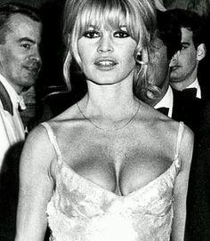 Instagram Brigitte Bardot, Bridget Bardot, French Actress, Photo Instagram, Timeless Beauty, Fashion Pictures, Movie Stars, Dancer, Beautiful Women
