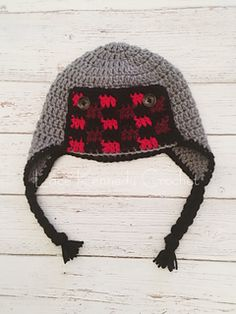Free pattern for adorable buffalo plaid trapper hat with instructions for sizes infant through child. Plaid stitch used credited to Bethany from the blog Whistle and Ivy.