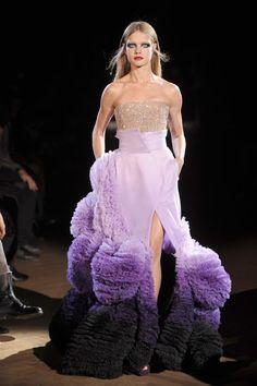 Natalia Vodianova au défilé Givenchy haute couture printemps-été 2010 http://www.vogue.fr/mode/cover-girls/diaporama/le-top-natalia-vodianova-en-50-looks/7217#givenchy-haute-couture