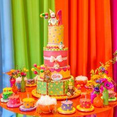 O aniversário de um ano de uma menina foi comemorado com tema animais. Cores vibrantes deixaram a decoração de Clarissa Rezende (clarissarezende.com.br) alegre. A Piece of Cake (pieceofcake.com.br) fez o bolo