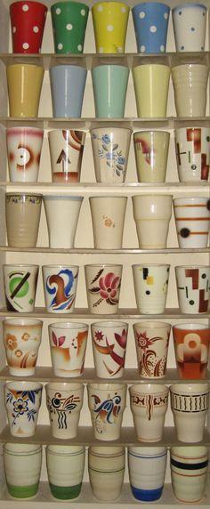 Verzameling melkbekers van mevrouw George (inclusief stof van jaren...)