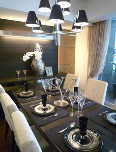 D152デザイン花器をアクセントに壁をデザインして、優雅なダイニング空間を・・・・。お客様を招いて、お食事会を開きたくなりますね。