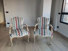 Tapizado con estampado zig-zag. Preciosas. Textiles, Dining Chairs, Furniture, Home Decor, Zig Zag Pattern, Dining Chair, Home Furnishings, Interior Design, Cloths