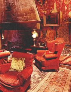 Gryffindor, I can see myself sitting right here and reading a book. James Potter, Deco Harry Potter, Harry Potter Bedroom, Harry Potter Hogwarts, Red Interior Design, Harry Potter Aesthetic, Living Room Red, Common Room, Hogwarts Houses