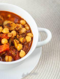 rozgrzewajaca-zupa-zdrowa-gulasz-z-cieciorka-przepis-2 Calzone, Chana Masala, Pot Roast, Tofu, Dog Food Recipes, Healthy Eating, Lunch, Dinner, Cooking