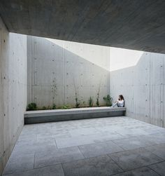baseArquitetura has designed a concrete-clad house in its hometown of espinho, a city approximately 20 kilometers south of porto. Concrete Facade, Concrete Architecture, Facade Architecture, Facade Design, Door Design, House Design, Cades, Timber Sliding Doors, Zen Garden Design