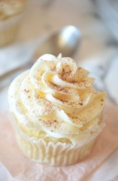 Pumpkin Spice Latte Cupcakes that taste just like the Starbucks coffee! Vegan, gluten free, easy, and oh so delicious. | Carmela POP