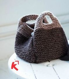 Risultati immagini per modele sac en tricot facile Knit Mittens, Knitted Gloves, Knitted Bags, Knitted Blankets, Crochet Cowel, Crochet Pattern, My Bags, Purses And Bags, Laine Katia