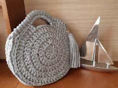 """211 curtidas, 7 comentários - Gabriela Siqueira (@casa_da_gabriela) no Instagram: """"Bolsa redonda com fio listrado. Muito charmosa e estilosa! #crochet #crochê #croche #bolsas…"""""""