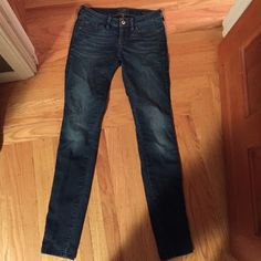 Guess Skinny Jeans dark wash with light knees Guess Jeans Skinny