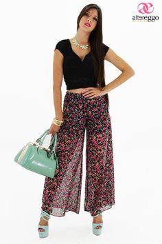 """Pantalones tipo Palazzo son las prendas """"must have"""" para esta temporada, acompañados de prints florales y cálidas transparencias le darán el toque in a esos calurosos días que se aproximan. Si eres muy bajita úsalos con tacones."""