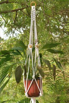 Suporte para vaso confeccionado em fio de algodão cru branco com contas em madeira.   #macramê #artesanato #makrame #macrameart