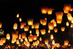 floating lanterns at a wedding.they are also called wish lanterns Wish Lanterns, Floating Lanterns, Floating Lights, Sky Lanterns, Floating Candle, Chinese Lanterns, Party Lights, Camping Hacks, Light Up