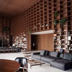 Studio+MK27+creates+giant+shelving+units+in+São+Paulo+penthouse