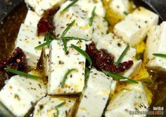 Quesos frescos aromatizados Cheese Recipes, Appetizer Recipes, Snack Recipes, Appetizers, Healthy Recipes, Cheese Whiz, Cheese Maker, Tapas, Queso Fresco