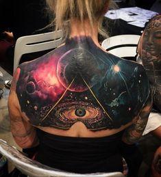 """Escondido na vasta galáxia é um """"olho que tudo vê"""", que adiciona mais mistério para a sua tatuagem. No entanto, o símbolo é, geralmente, para o simbolismo do despertar espiritual e o poder."""