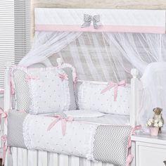O Kit Berço Chevron Luxo Rosa é perfeito para o quarto rosa de bebê da sua princesinha! Com detalhes luxuosos, o kit é ideal para os quartinhos modernos!