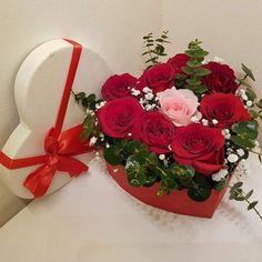 День рождения Valentine Flower Arrangements, Rose Arrangements, Valentines Flowers, Beautiful Flower Arrangements, Valentine Decorations, Flower Decorations, Funeral Flowers, Wedding Flowers, Chocolate Flowers Bouquet