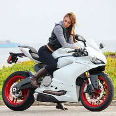 khalittle (Christina Khalil) #mulpix One of the most beautiful motorcycles I've ever seenabsolutely in love with the look of this Italian machine @jaretcampisi #ducatiusa #ducati