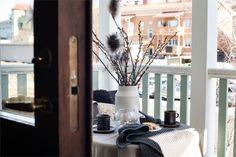 Design noir dans un appartement de 53m2 - PLANETE DECO a homes world Style Tropical, Diffuser, Design, Simple, Black, Black Barn, Curtains, Terraces, Tiny Spaces