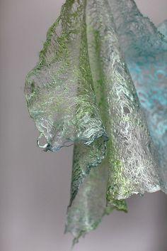 Feutré de toile d'araignée enveloppe d'écharpe par FeltedPleasure, via Flickr