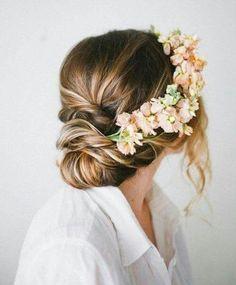 Chignon bas, couronne de fleurs. Rustic chic, bohème chic.