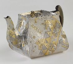 "English aesthetic movement parcel-gilt silver teapot in the ""Archaic"" pattern by Elkington and Co., Birmingham, c1885 (Musée d'Orsay)"