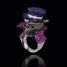 Nuestro singular #anillo calavera está elaborado en oro negro de 18k, con #diamantes negros y blancos, espectacularmente combinados con #zafiros azules y rosados. #AltaJoyeria #PiezasKohinor #KohinorJoyas #JoyeriaExclusiva #Joyas #Joyeria #Arte #Kohinor