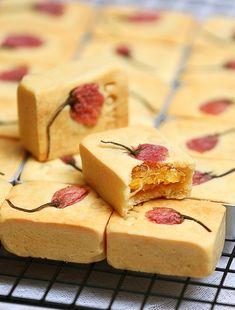 pineapple cake 櫻花鳳梨酥 {recipe in Chinese} Sakura pastries Taiwan Pineapple Cake, Pineapple Pastry, Pinapple Cake, Pineapple Cookies, Pineapple Tart, Chinese Cake, Chinese Food, Dessert Dishes, Dessert Recipes